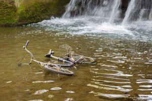 Fahrrad im Wasser, Fahrrad wurde in Bachlauf der Grone geworfen, Levinscher Park, Göttingen, Deutschland